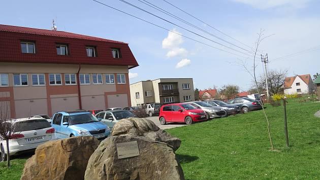 Prostranství před hrádeckým obecním úřadem.