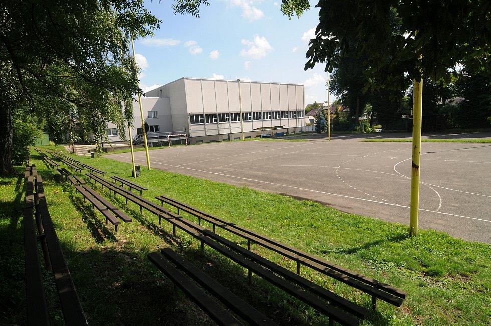 Házenkářské hřiště se sportovní halou v Krmelíně.