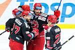 Úvodní utkání čtvrtfinále play off hokejového poháru mezi Hradcem (v bílém) a Třincem ovládli jasně Oceláři.