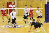 Volejbalisté BV Beskydy (v bílém) podlehli na domácí palubovce turnovské Zikudě 2:3.