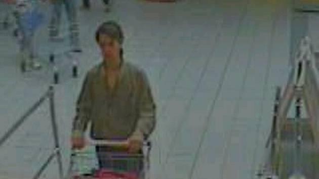 Snímek pravděpodobného zloděje pořízený bezpečnostní kamerou.