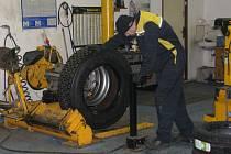 Pneuservisy si na nezájem zákazníků nebudou moci v nejbližších dnech stěžovat. Zimní pneumatiky podle odborníků nejsou na sluncem ohřátém asfaltu vhodné.