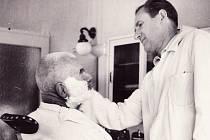 Petr Bezruč při holení holičem Mechem.