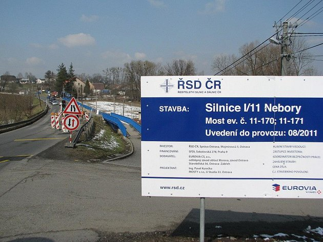 Stavební firma, která má na starosti opravu mostku v Neborech, v pondělí oznámila, že most bude obousměrně průjezdný nejpozději 31. července.