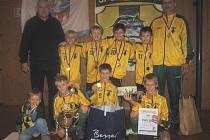 Mladí fotbalisté SportJunioru Kozlovice za sebou nechali takové celky jako Sparta Praha nebo Baník Ostrava. Na snímku jsou Kozlovičtí s patronem turnaje Zdeňkem Nehodou (vlevo) a také se svým trenérem Radomírem Chýlkem (vpravo).