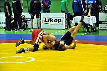 V kategorii juniorů 74kg si poradil Pavel Powada (červený dres) se svým klubovým kolegou Tomášem Kiszou oba Třinec.