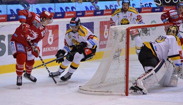 Třinec (včerveném) uspěl na ledě lídra zLitvínova.