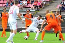 Třinečtí fotbalisté (v bílém) si na domácím hřišti v derby poradili s Vítkovicemi 2:1.
