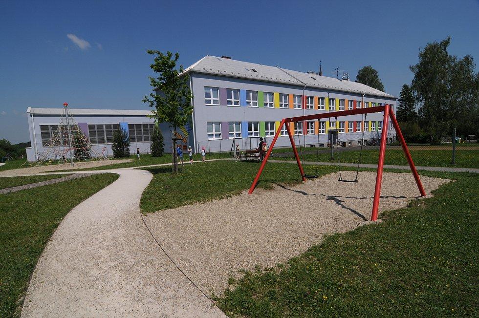 Hřiště při základní škole v Janovicích.