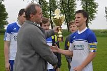 Pohár pro vítěze okresního poháru v kategorii starších žáků si přebírá z rukou předsedy OFS Zdeňka Dudy tošanovický kapitán Adam Maceček.