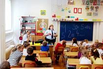 Návštěva městské policie ve škole byla poučná. Žákům obohatila výuku.