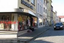 Tomuto obchodu, který se nachází na náměstí v Brušperku, vybil jednačtyřicetiletý muž výlohu golfovým míčkem. Krátce po tomto činu jej dopadli policisté.