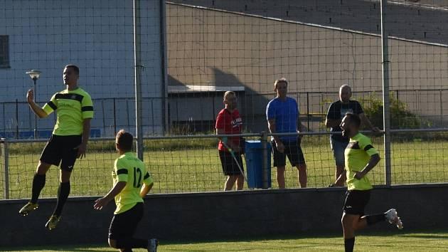 Vratimovští fotbalisté se radují z výhry v Blansku.