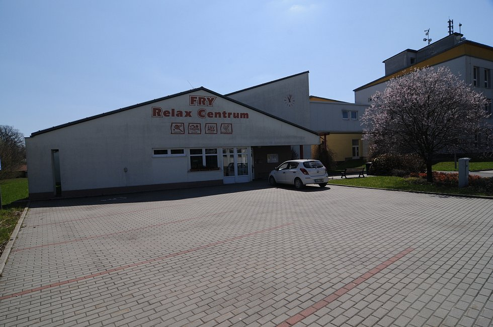 FRY Relax centrum nabízí nejen místním, ale i lidem z okolí aktivně trávit volný čas. Disponuje bazénem, vířivkou, saunou i kurty na squash.