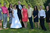 Dostat Syslíky na jednu fotku není jen tak, musí být příležitost, jako při svatbě Míši, zleva je Eva, Pavel, Míša, pěstoun táta, pěstounka máma, Vašek, Daniela, Zdeněk a Dáša, dvě nejmladší – Sabinka s Gábinkou – chybí.