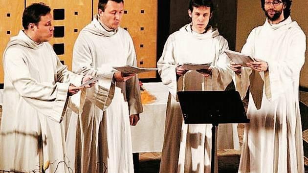 Schola Gregoriana Pragensis během vystoupení v Liberci.