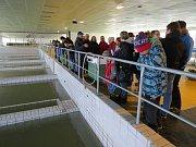 """Návštěvníci úpravny vody v Nové Vsi viděli, jak se upravuje voda """"krok za krokem""""."""