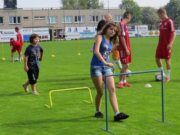 Prázdniny v 3nci mají bohatou tradici letos se uskuteční jubilejní desátý ročník. Na snímku z loňska program s třineckými fotbalisty. Děti se s nimi potkají i letos, a to 16. července.