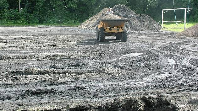 Škvárové hřiště nahradí nová umělá tráva.
