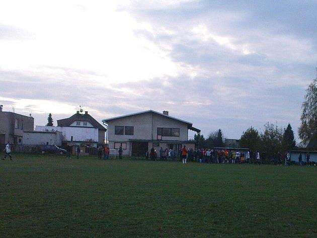 Utkání mezi Lučinou a Baškou se kvůli šarvátce nedohrálo.