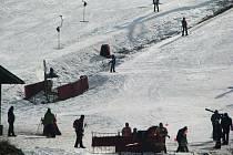 Palkovická sjezdovka není odkázána jen na přírodní sníh, ale vlekaři jej při mrazivém počasí spíše vyrábí přes sněžná děla.
