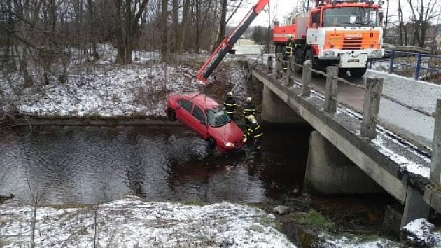 Vyprošťování auta z koryta přivaděče.