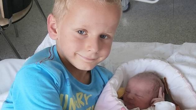 Amálie Závodná s bratrem, Metylovice, nar. 24. 8., 46 cm, 2,45 kg. Nemocnice ve Frýdku-Místku.
