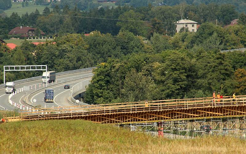 Stavba připojovací mimoúrovňové dálniční křižovatky u Třanovic je v plním proudu. Po dokončení v příštím roce tak bude čtyřproudovou komunikací propojen tah od Bystřice až k dálnici mezi Frýdkem-Místkem a Českým Těšínem.