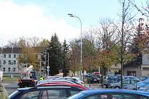 Kvůli silnému větru uletěly vlaječky ze stožárů veřejného osvětlení ve Frýdku-Místku.