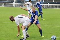 Frýdecko-místecký záložník Petr Hurta (v modrém) bojuje o míč s Emilem Tischlerem z týmu 1. FC Slovácko B.