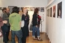 Tvorba umělců z Ubot Gallery přilákala na vernisáž do galerie Trisia desítky návštěvníků.
