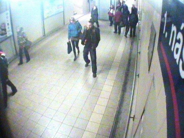 Muž, který měl pobodat ženu před vlakovým nádražím ve Frýdku-Místku je již v rukou policie.