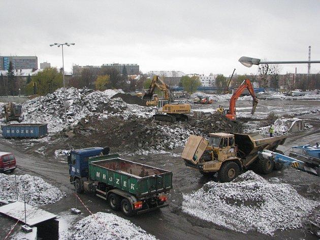 Listopad 2013.Vlistopadu už po legendární hale nezbylo ani památky. Snad kromě zbytku sutin.
