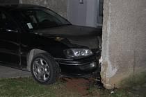 Následky nehody automobilu, jehož řidič ujížděl policistům.