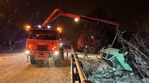Noční akce hasičů. Vyprošťovali fabii z potoka.