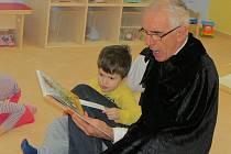 Kouzelný dědeček četl ve frýdecko-místecké Mateřské škole Kouzelný svět dětem pohádku. Jedná se o projekt Celé Česko čte dětem.