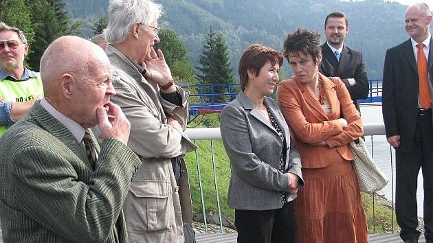 Miloslav Janda (nejblíže) na přehradě Šance, kde v minulých dnech dorazil při příležitosti slavnostního zahájení rekonstrukce.