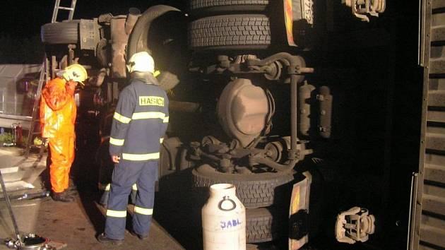 UNIKALA NAFTA. Z havarovaného kamionu museli zasahující hasiči přečerpat nejméně šest set litrů nafty.