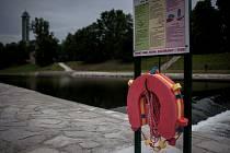 Záchranný kruh na břehu Ostravice v blízkosti splavu u Nové Radnice v Ostravě.