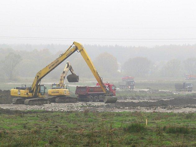 Těžba v přehradě Olešné, která začala v srpnu, nabízí atraktivní podívanou pro kolemjdoucí.