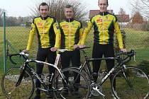 Zleva stojí Jan Pavlík, Petr Pavlík starší a Petr Pavlík mladší.