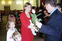 KATEŘINA LEPÍKOVÁ přijímá gratulaci od starosty Kozlovic Miroslava Tofla.