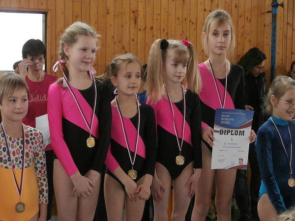 Palkovické gymnastické naděje. Zleva stojí: Eliška Mertová, Vanda Gřesová, Karolína Bužková a Alena Mikešová.