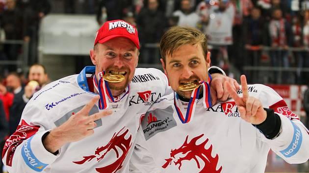 Martin Adamský (vlevo) slaví s Jiřím Polanským.