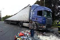 Zásah hasičů u havarovaného kamionu v Krmelíně.