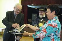 Literární klub Petra Bezruče slavil v sobotu 9. června patnáct let v hospodě U Čendy v Hodoňovicích.
