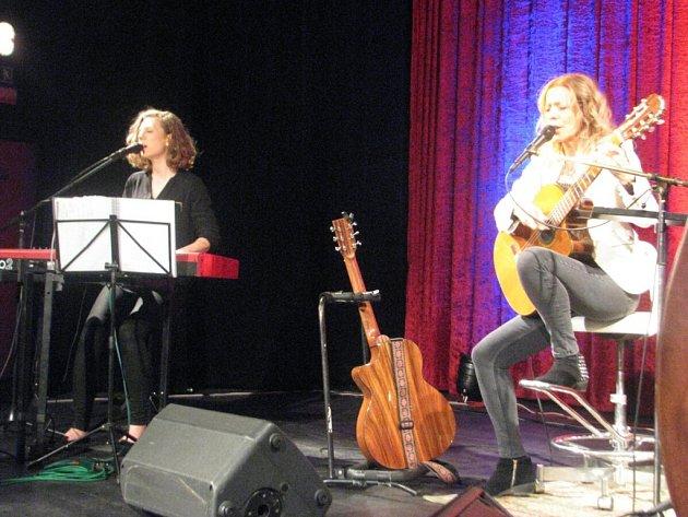 Vánoční koncert Lenky Filipové ve Frýdku-Místku. Oblíbenou zpěvačku a uznávanou kytaristku doprovázela na pódiu i její dcera Lenny.