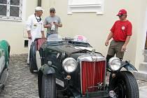 Historické vozy italských značek i jiných dorazily v sobotu na zámek ve Frýdku.