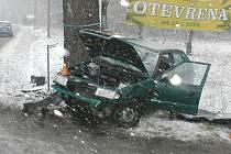 Husté sněžení o velikonočním pondělí bylo pravděpodobnou příčinou tragické ranní nehody, ke které došlo před Frýdkem-Místkem u Místeckého lesa.