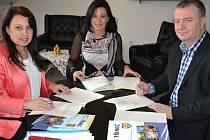 Programové prohlášení podepsali Jana Kantorová za TOP 09 (vlevo) , Věra Palkovská za SNK Osobnosti pro Třinec a Michael Trojka za KDU-ČSL.